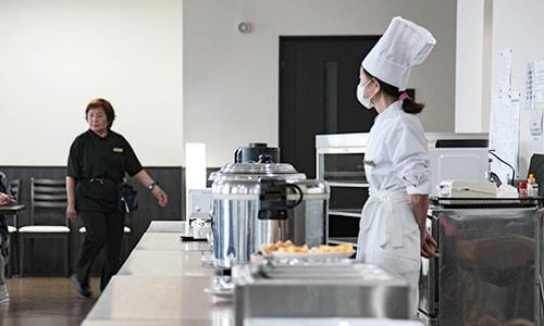食堂スタッフが入居者の様子を見守っているところ